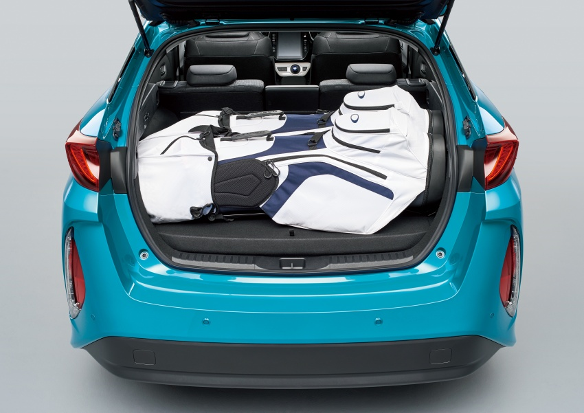 Toyota Prius PHV debuts in Japan – 68.2 km EV range Image #616999