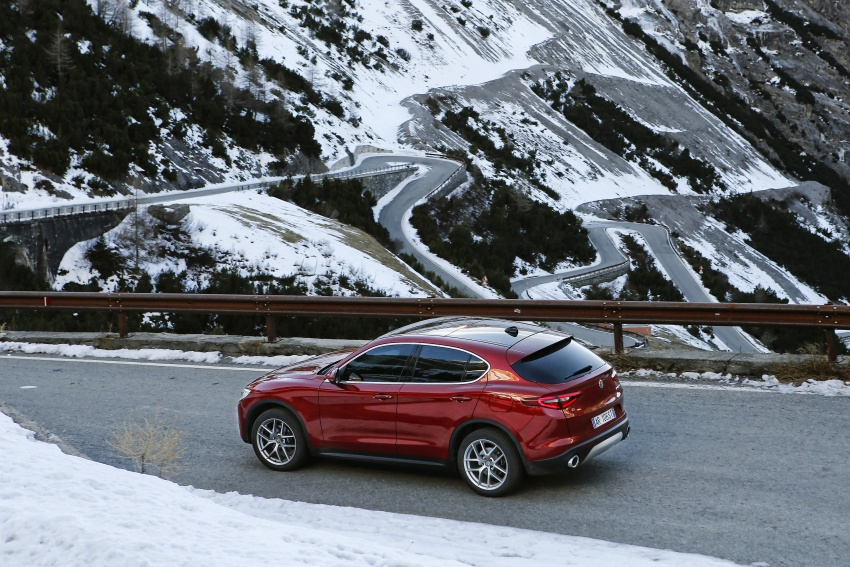 Alfa Romeo Stelvio gains new base engines for EMEA: 200 hp/330 Nm 2.0 petrol and 180 hp/490 Nm 2.2 diesel Image #639596