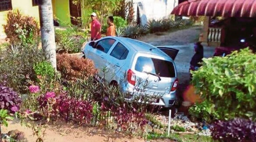 Perodua Axia yang dipandu jururawat terbabas kerana kucing, bukan masalah stereng terkunci – polis Image #692279