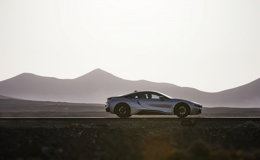 BMW i8 Roadster unveiled – only 60 kg heavier; i8 Coupe also gets new battery, 50% better EV range Image #745779