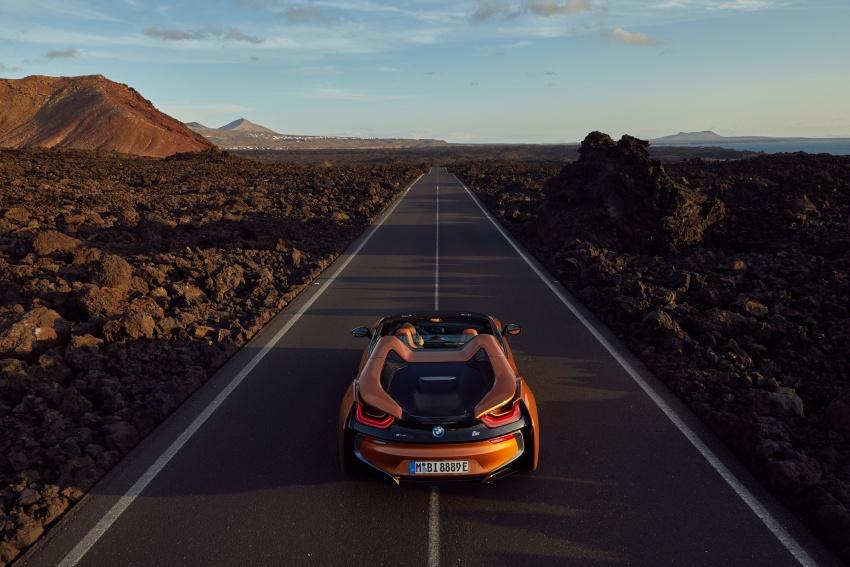 BMW i8 Roadster unveiled – only 60 kg heavier; i8 Coupe also gets new battery, 50% better EV range Image #745852