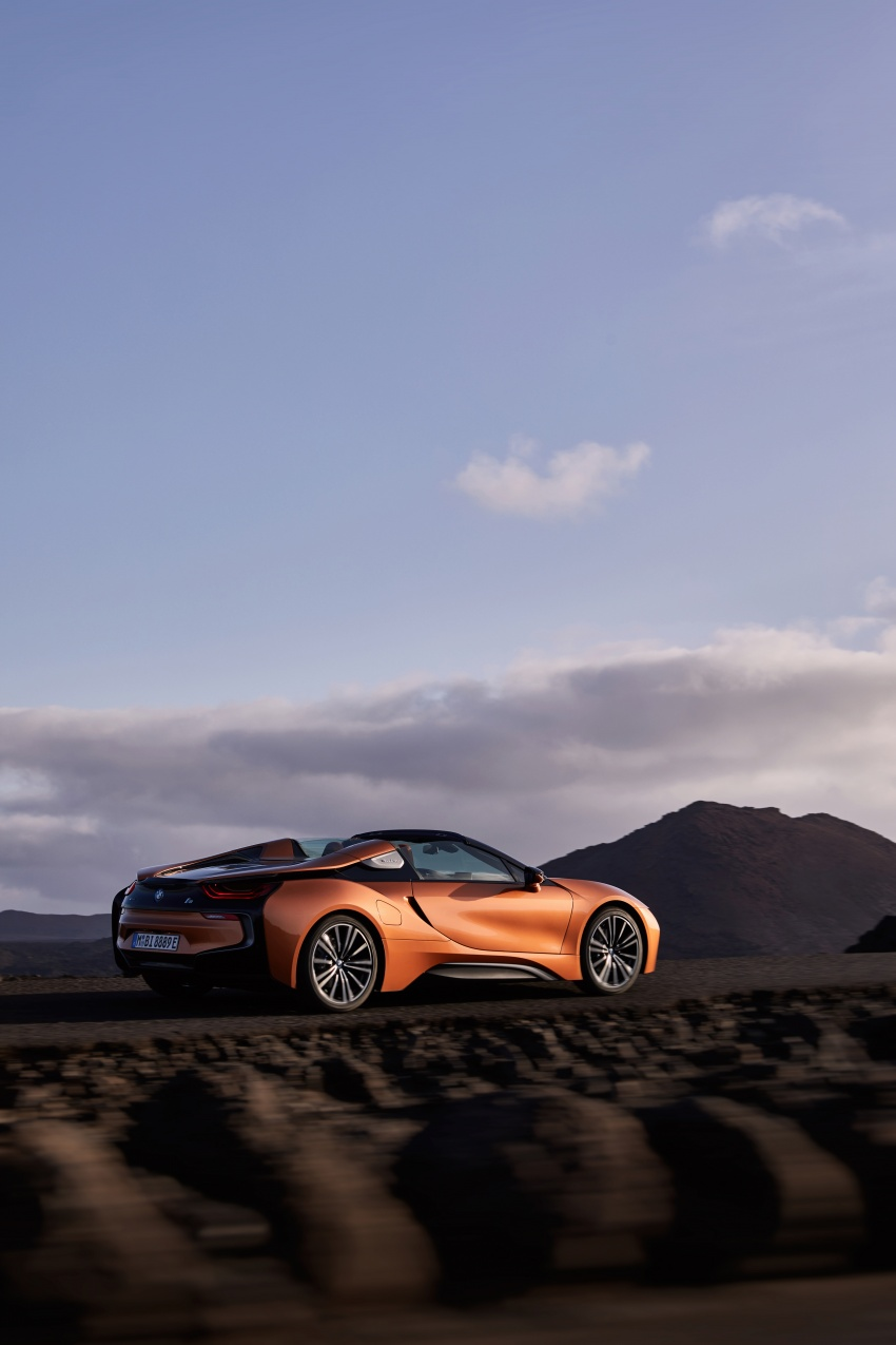 BMW i8 Roadster unveiled – only 60 kg heavier; i8 Coupe also gets new battery, 50% better EV range Image #745855