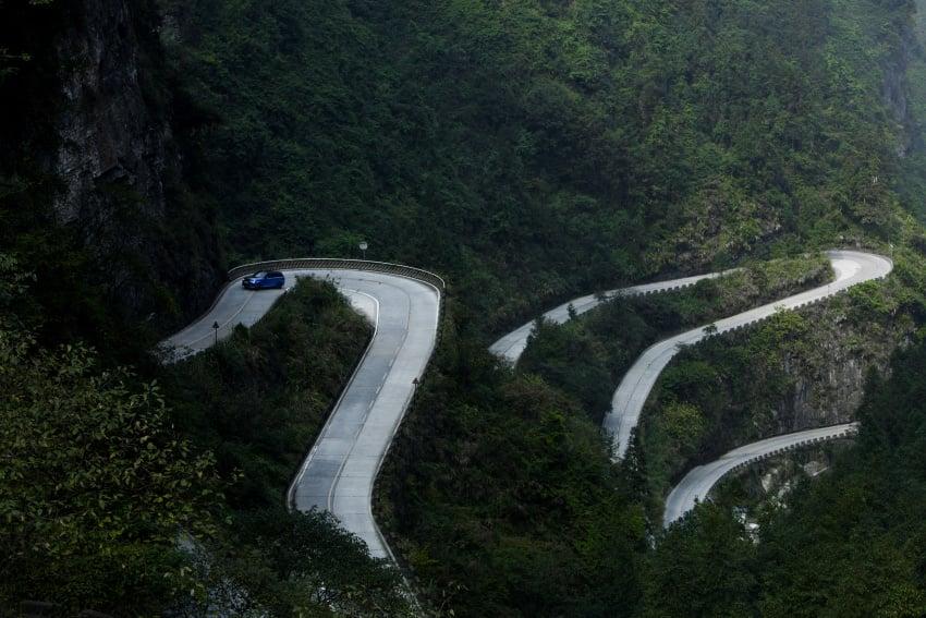 Range Rover Sport SVR challenges a Ferrari 458 Italia on Tianmen Road – 99 turns, 11.3 km uphill climb Image #790286