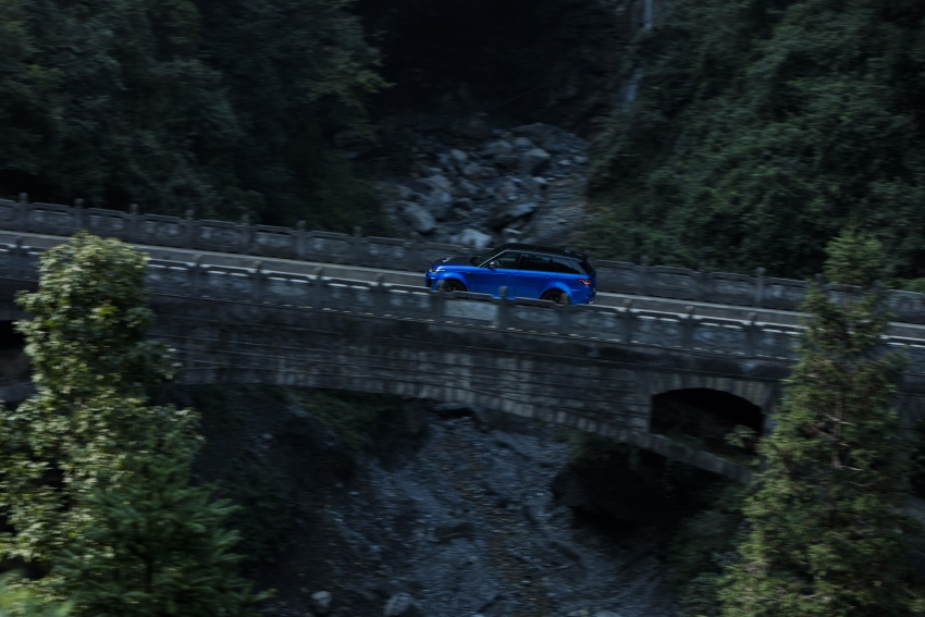 Range Rover Sport SVR challenges a Ferrari 458 Italia on Tianmen Road – 99 turns, 11.3 km uphill climb Image #790292