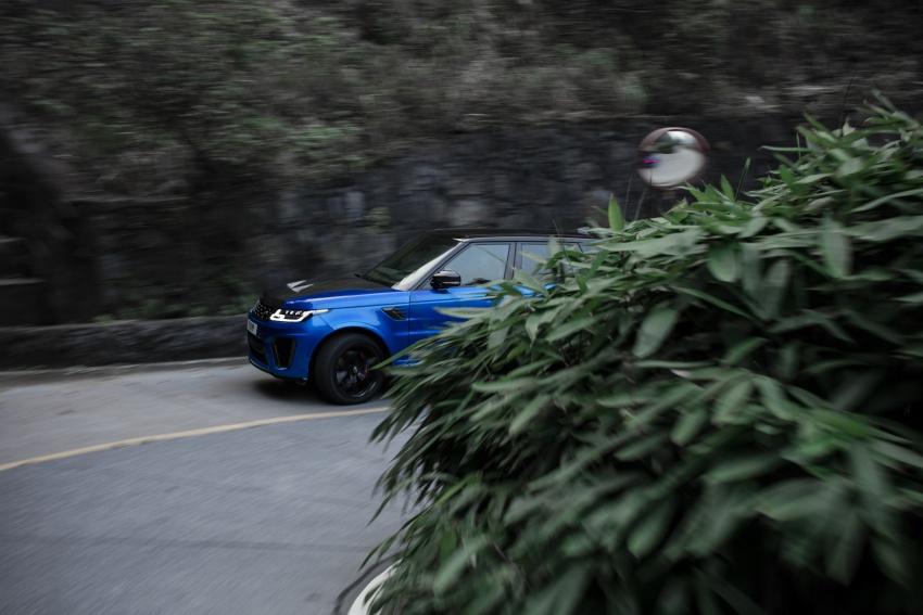 Range Rover Sport SVR challenges a Ferrari 458 Italia on Tianmen Road – 99 turns, 11.3 km uphill climb Image #790293