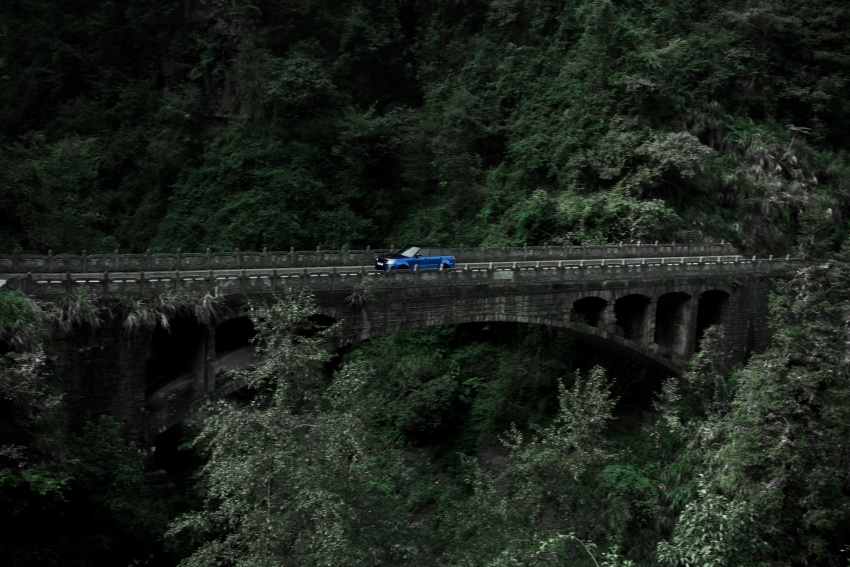 Range Rover Sport SVR challenges a Ferrari 458 Italia on Tianmen Road – 99 turns, 11.3 km uphill climb Image #790295