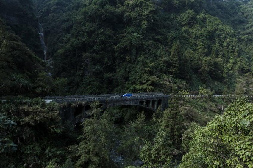 Range Rover Sport SVR challenges a Ferrari 458 Italia on Tianmen Road – 99 turns, 11.3 km uphill climb Image #790296
