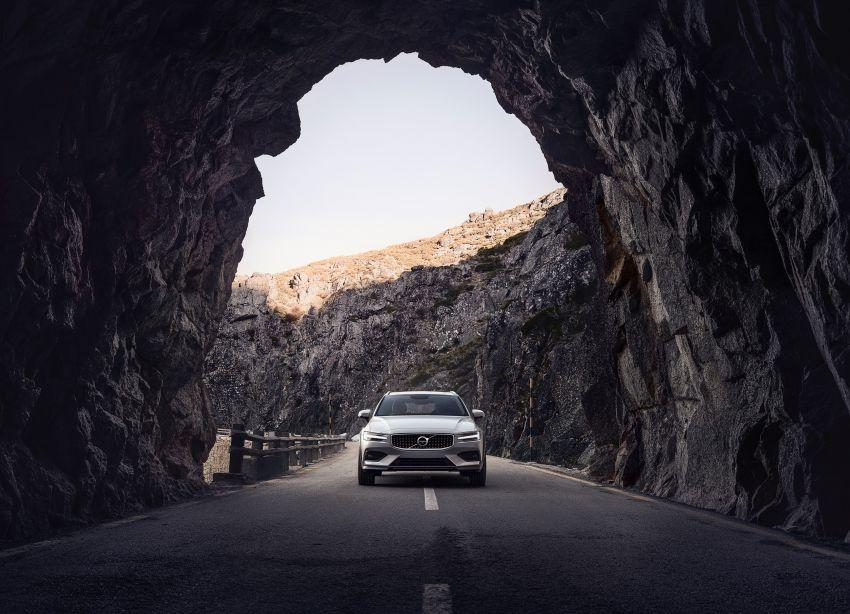 Volvo V60 Cross Country didedahkan secara rasmi- wagon keluarga 'rentas desa' generasi baharu Image #865003