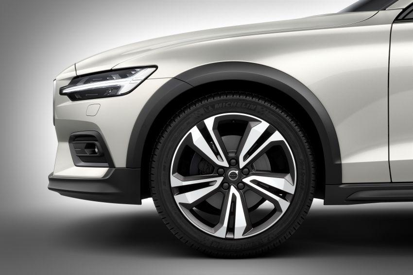 Volvo V60 Cross Country didedahkan secara rasmi- wagon keluarga 'rentas desa' generasi baharu Image #864994