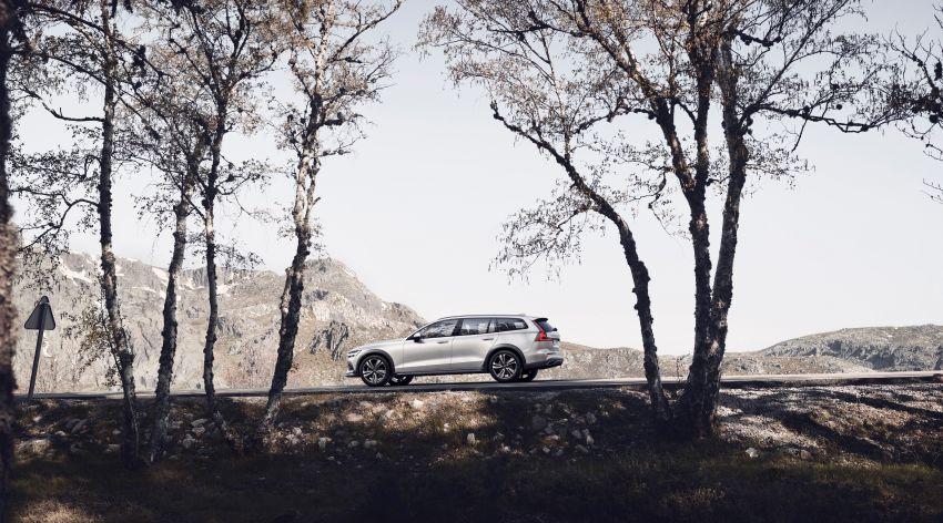 Volvo V60 Cross Country didedahkan secara rasmi- wagon keluarga 'rentas desa' generasi baharu Image #865013