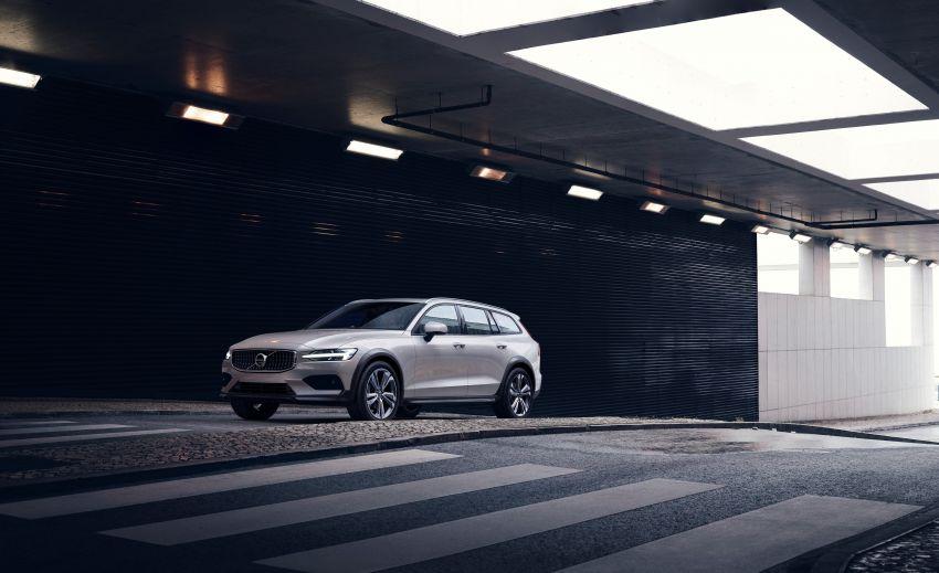 Volvo V60 Cross Country didedahkan secara rasmi- wagon keluarga 'rentas desa' generasi baharu Image #865010