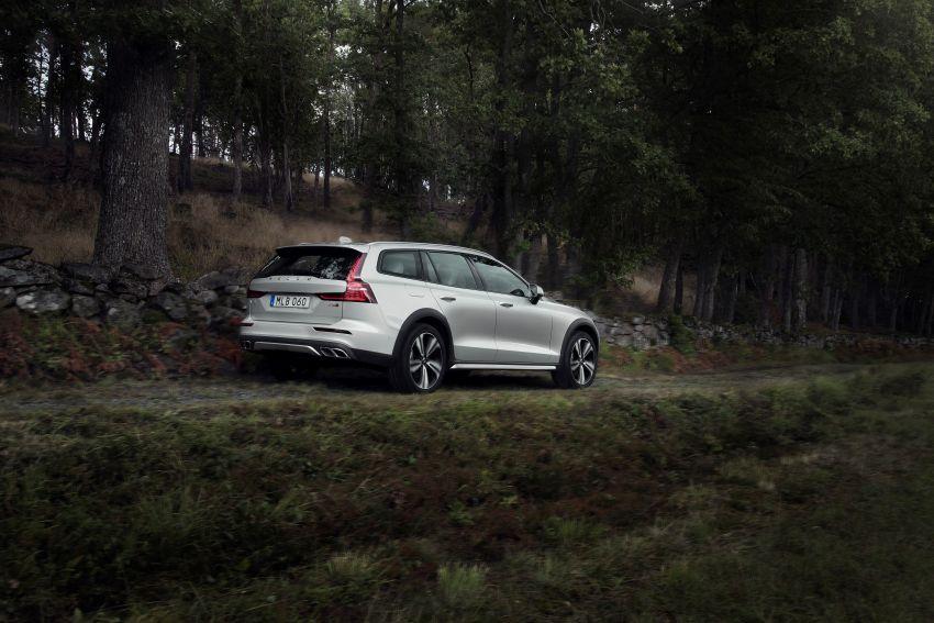 Volvo V60 Cross Country didedahkan secara rasmi- wagon keluarga 'rentas desa' generasi baharu Image #865006