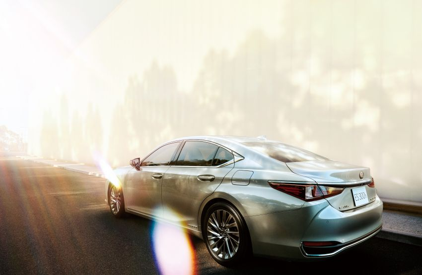 2019 Lexus ES launched in Japan – world's first side-view cameras, ES 300h hybrid only, RM216k to RM259k Image #878708