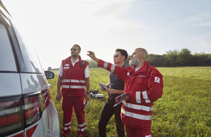 Land Rover SVO debuts bespoke Red Cross Discovery Image #867880