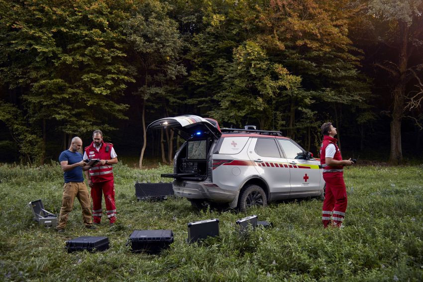 Land Rover SVO debuts bespoke Red Cross Discovery Image #867908