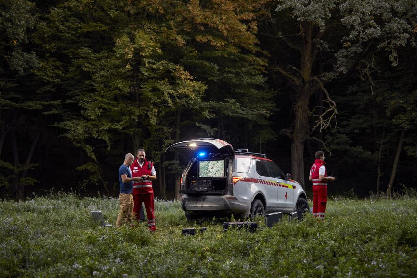 Land Rover SVO debuts bespoke Red Cross Discovery Image #867911
