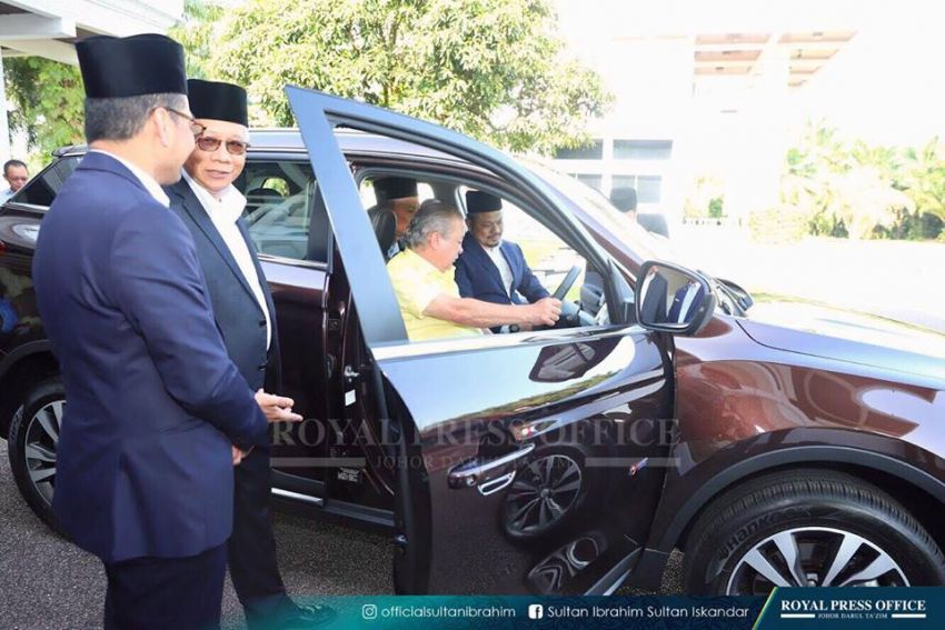 Johor's Sultan Ibrahim test drives the Proton X70 SUV Image #870788