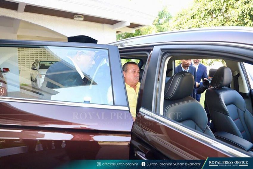 Johor's Sultan Ibrahim test drives the Proton X70 SUV Image #870787