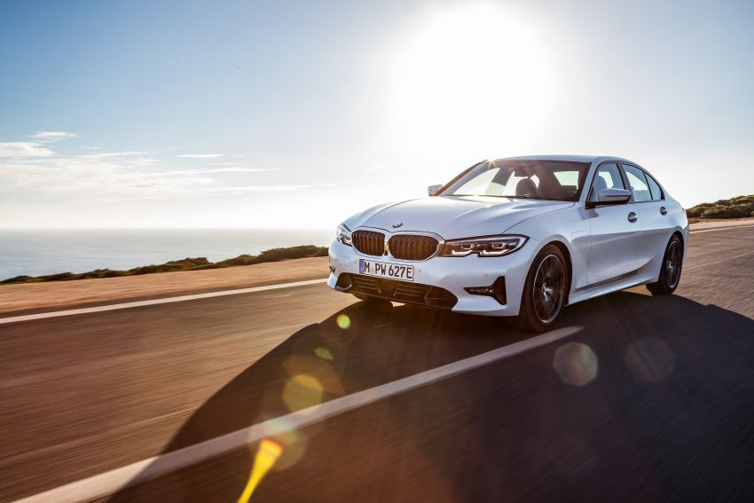 G20 BMW 330e plug-in hybrid detailed – 252 hp, 41 hp XtraBoost feature, 1.7 l/100 km, 60 km electric range Image #889584