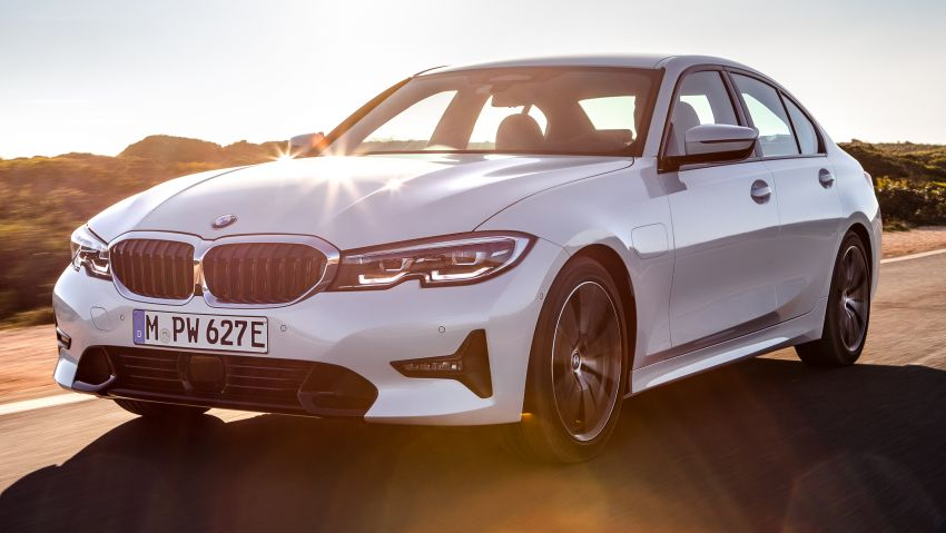 G20 BMW 330e plug-in hybrid detailed – 252 hp, 41 hp XtraBoost feature, 1.7 l/100 km, 60 km electric range Image #889590