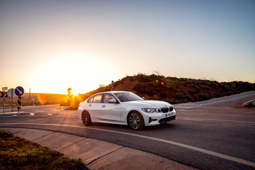 G20 BMW 330e plug-in hybrid detailed – 252 hp, 41 hp XtraBoost feature, 1.7 l/100 km, 60 km electric range Image #889596