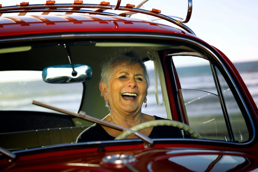 Volkswagen restores a 73-year old woman's Beetle which she has owned for over five decades for free Image #901835