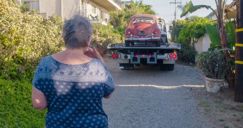 Volkswagen restores a 73-year old woman's Beetle which she has owned for over five decades for free Image #901882