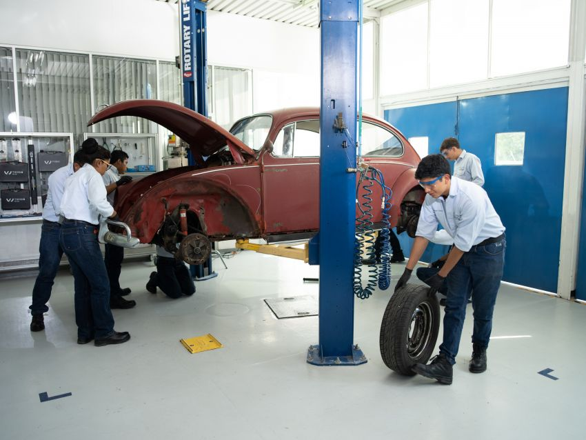 Volkswagen restores a 73-year old woman's Beetle which she has owned for over five decades for free Image #901887