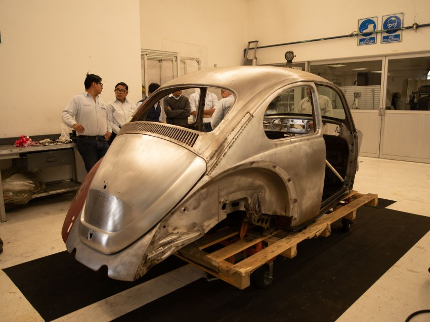 Volkswagen restores a 73-year old woman's Beetle which she has owned for over five decades for free Image #901893