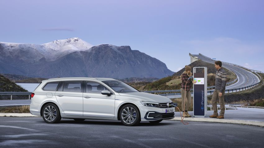 B8 Volkswagen Passat facelift revealed – new MIB3 infotainment and IQ.Drive assistance systems Image #919123