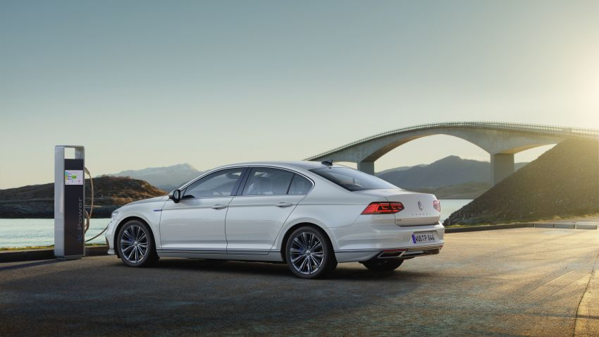 B8 Volkswagen Passat facelift revealed – new MIB3 infotainment and IQ.Drive assistance systems Image #919145