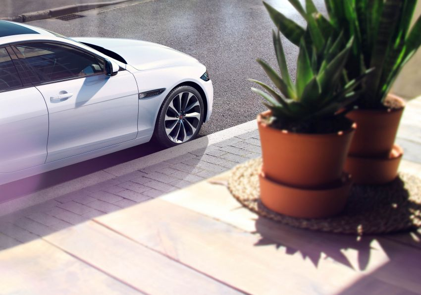 Jaguar XE facelift unveiled with updated styling, tech Image #927312