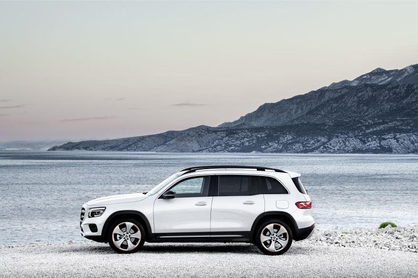 Mercedes-Benz GLB shown: compact SUV with 7 seats Image #969857