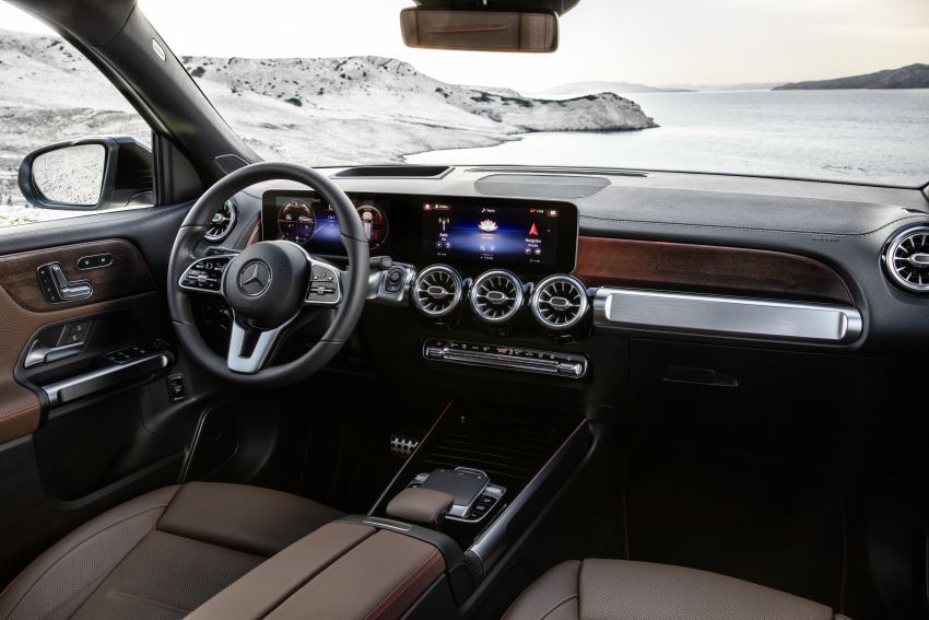 Mercedes-Benz GLB shown: compact SUV with 7 seats Image #969904