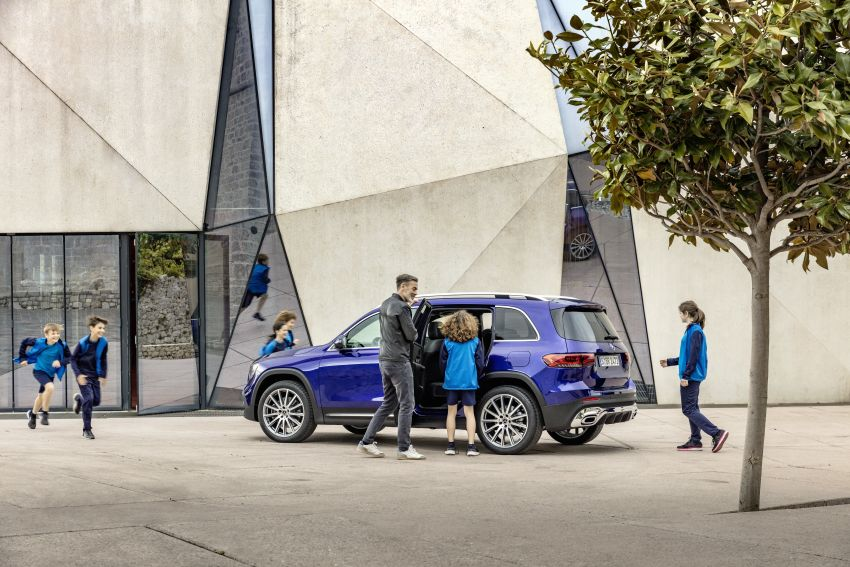 Mercedes-Benz GLB shown: compact SUV with 7 seats Image #969943