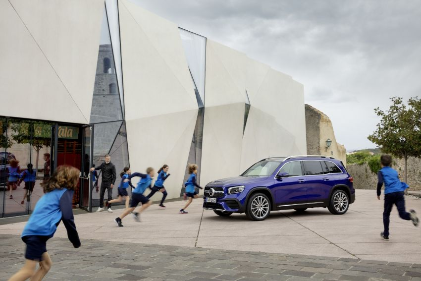 Mercedes-Benz GLB shown: compact SUV with 7 seats Image #969944