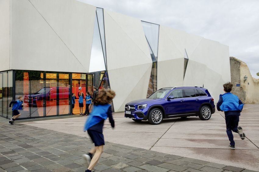 Mercedes-Benz GLB shown: compact SUV with 7 seats Image #969947