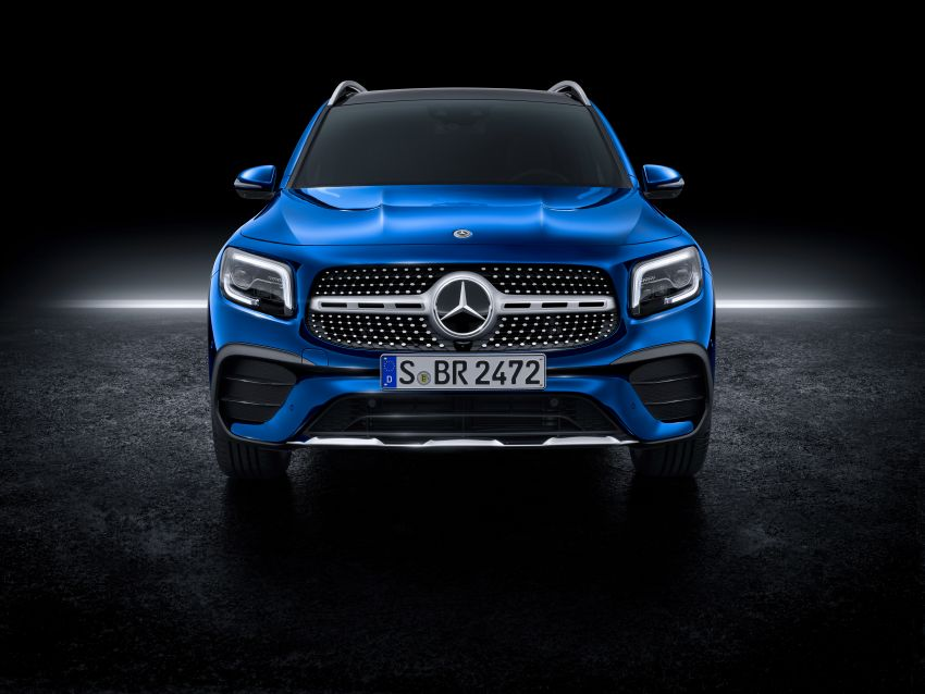 Mercedes-Benz GLB shown: compact SUV with 7 seats Image #970038
