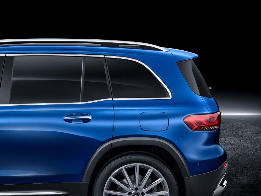 Mercedes-Benz GLB shown: compact SUV with 7 seats Image #970044