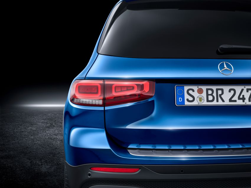 Mercedes-Benz GLB shown: compact SUV with 7 seats Image #970047