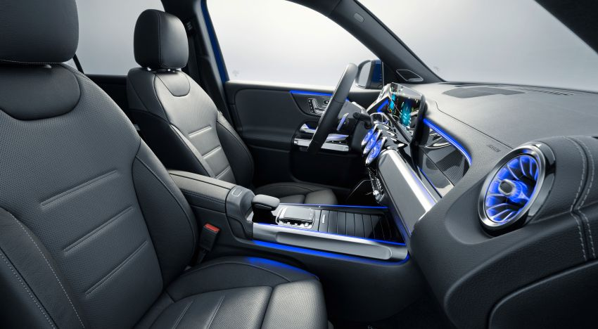Mercedes-Benz GLB shown: compact SUV with 7 seats Image #970049
