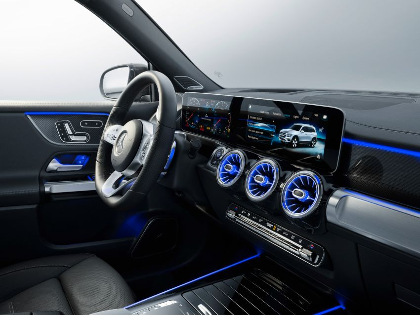 Mercedes-Benz GLB shown: compact SUV with 7 seats Image #970050