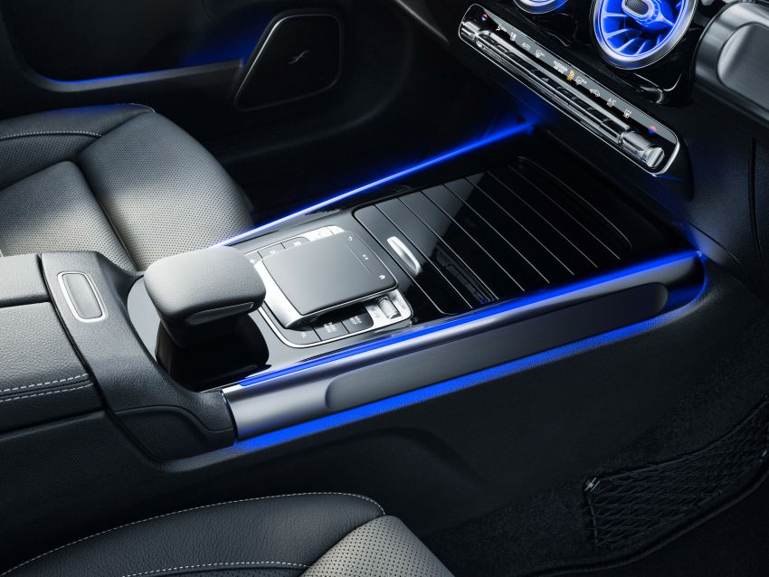 Mercedes-Benz GLB shown: compact SUV with 7 seats Image #970052