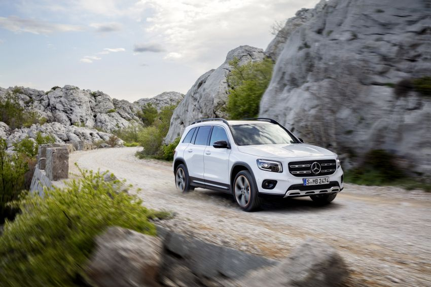 Mercedes-Benz GLB shown: compact SUV with 7 seats Image #969838