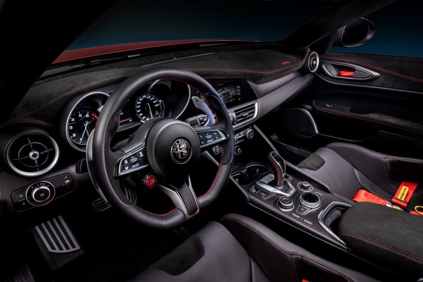 Alfa Romeo Giulia GTA debuts – steroidal Quadrifoglio gets 2.9L biturbo V6, 540 hp; limited to 500 units only! Image #1090147
