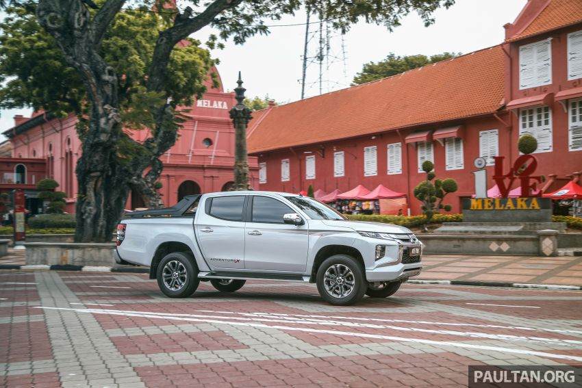 Toyota Hilux 2.8L versus Mitsubishi Triton 2.4L – which one of the two pick-up trucks is more fuel efficient? Image #1097542