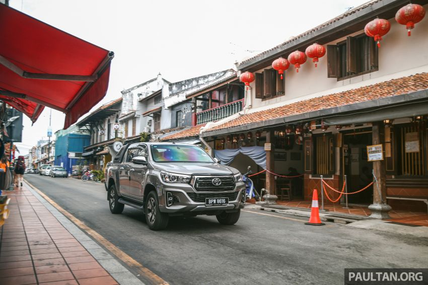Toyota Hilux 2.8L versus Mitsubishi Triton 2.4L – which one of the two pick-up trucks is more fuel efficient? Image #1097547