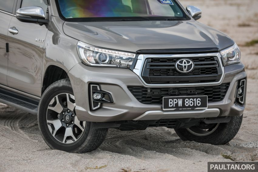 Toyota Hilux 2.8L versus Mitsubishi Triton 2.4L – which one of the two pick-up trucks is more fuel efficient? Image #1097504
