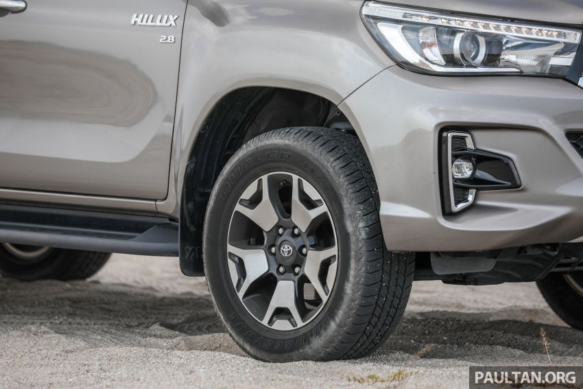 Toyota Hilux 2.8L versus Mitsubishi Triton 2.4L – which one of the two pick-up trucks is more fuel efficient? Image #1097506