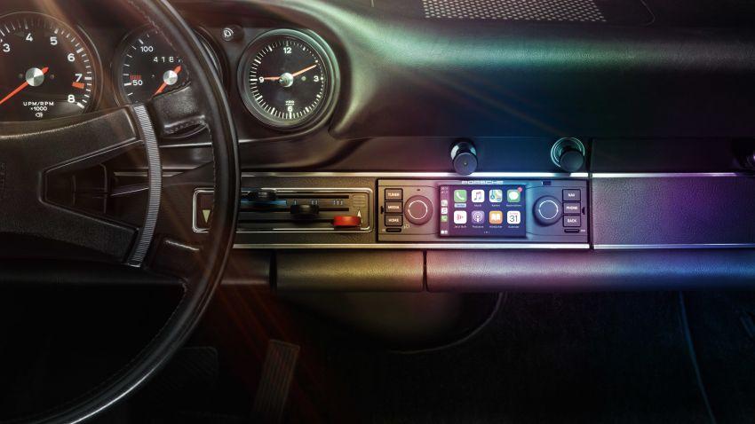 Porsche perkenal pemain audio moden dengan rupa retro untuk 911 klasik – ada skrin dan sistem navigasi Image #1111890